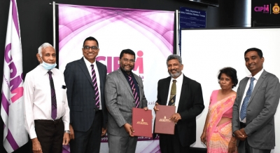CIPM President and OUSL Vice-Chancellor Exchanging Agreements
