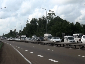 Several Kilometers Long Vehicle Queues Seen At Welipenna Exit Ahead Of Five-Day Holiday Despite Inter-provincial Travel Ban